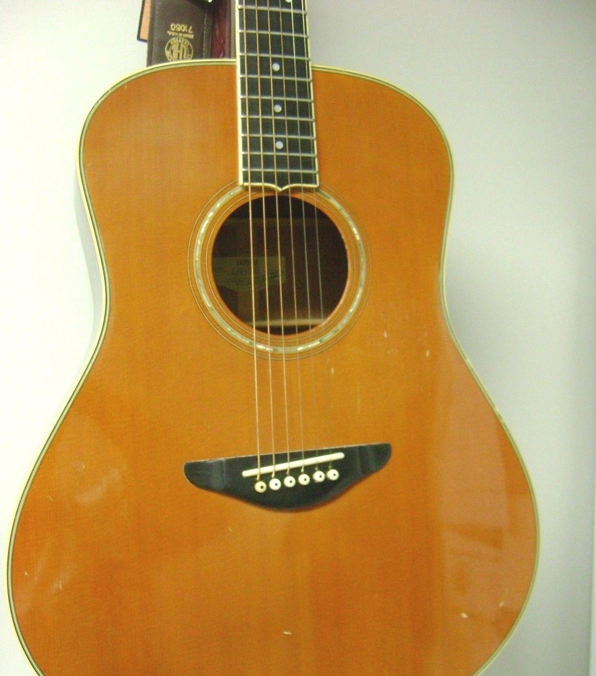 Yamaha LA-18 Handcrafted Acoustic Guitar w/pick up & a case